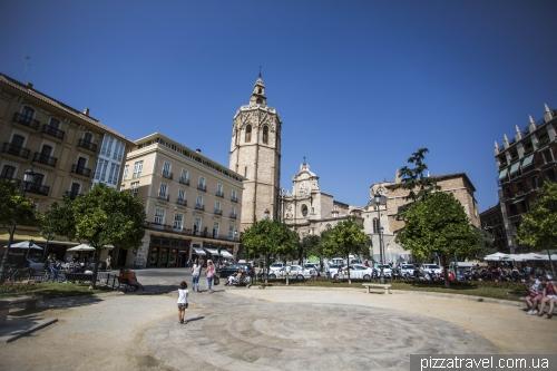Королевская площадь с кафедральным собором и колокольней