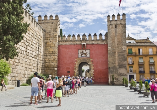 Queue at Alcazar of Seville
