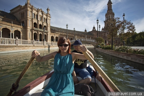 Rent a boat in the Plaza de España in Seville