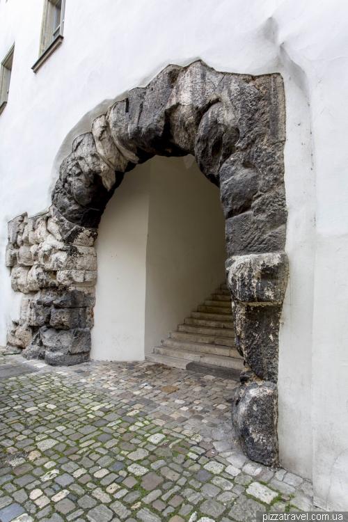 Porta Praetoria — северные ворота Castra Regina, ставшие частью стены резиденции епископа Регенсбурга
