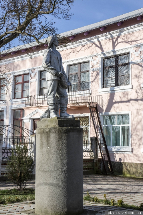 Monument to the fisherman in Vylkove