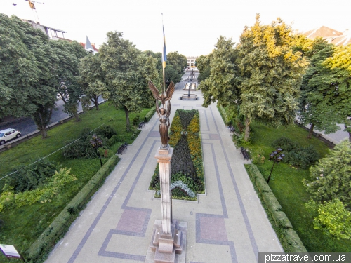 Жінка-журавель - пам'ятник незалежності
