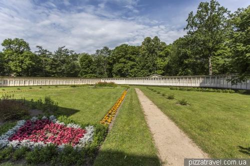 Дерев'яні кабінки біля палацу в Крімулде