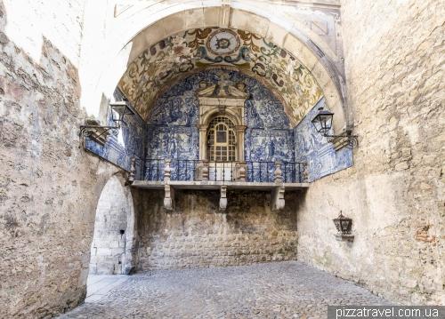 Обидуш, городские ворота (1380), украшены плиткой на библейские темы