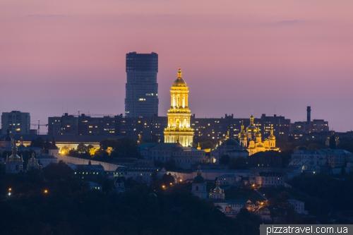 Вид на колокольню Лавры с левого берега
