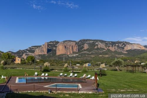 Вид из отеля на скалы Мальос-де-Риглос