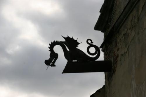 Замок охороняє дракон.
