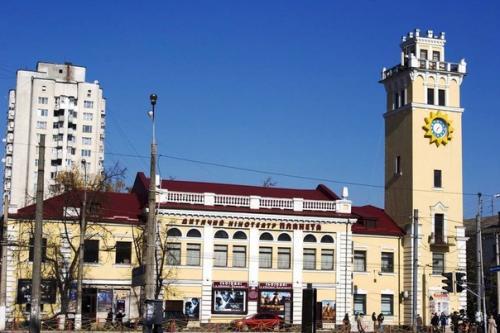 Пожежна вежа - символ міста. Тепер тут кінотеатр.
