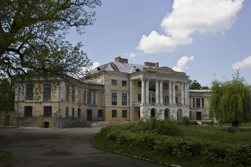 Grokholsky Palace in Voronovytsia
