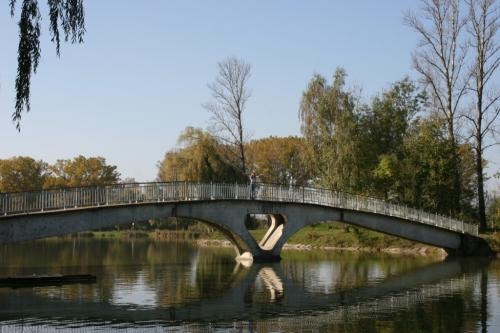 Bridge to the island on the city lake