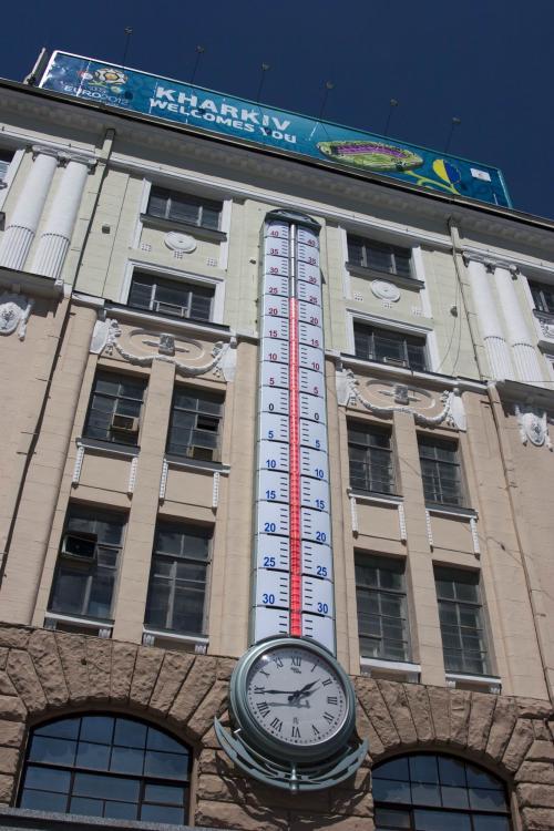 Градусник, излюбленное место встреч харьковчан, высота 16 м, изготовлен в 1976 г. в Харьковском институте метрологии (в 2012 году повесили новый)