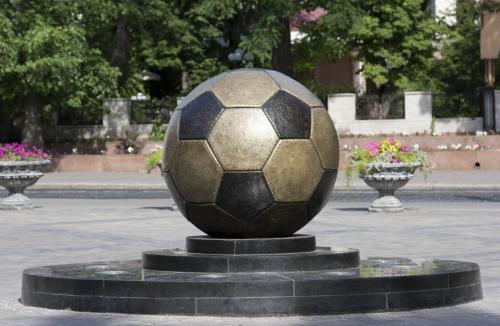 Памятник футбольному мячу