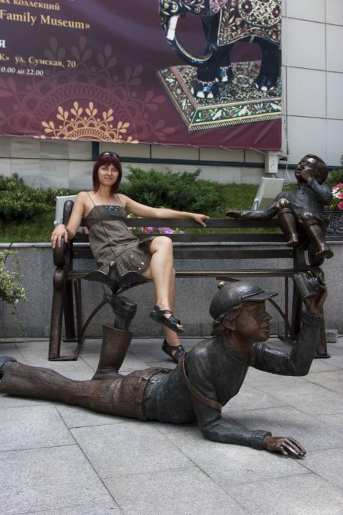 Интересные скульптуры во дворике