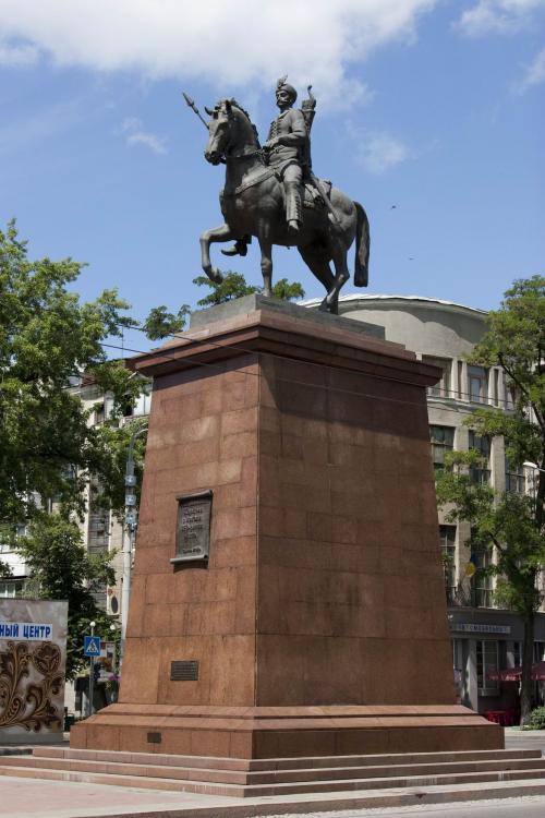 Памятник мифическому основателю города - казаку Харько (единственный конный памятник в городе)