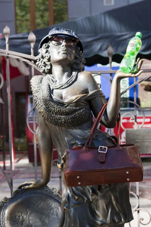 Скульптура Эллочки-людоедки из