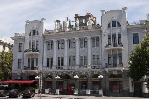 Здание возле памятника Шевченко