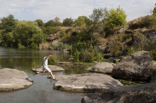 По камням на реке можно весело попрыгать