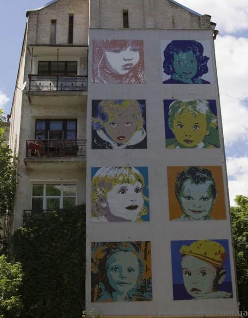 Дом с мозаикой из детских лиц