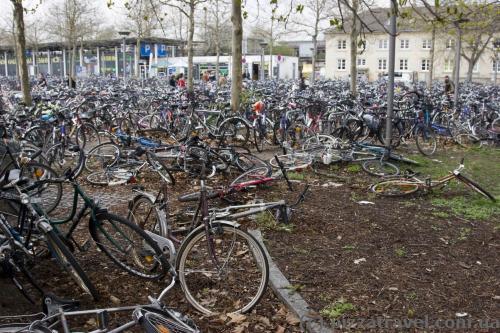 Огромное количество велосипедов около вокзала в Геттингене