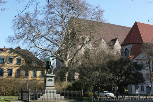 Памятник немецкому поэту Готхольду Лессингу