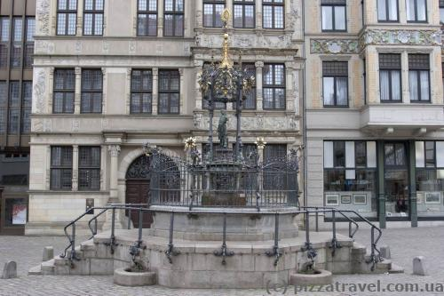 Фонтан около дома Лейбница, пожертвованный Оскаром Винтером в 1986 году по случаю 100-летнего юбилея его фирмы