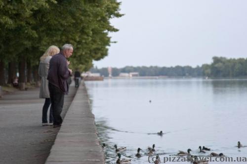 Немцы нарушают правила и кормят уток и рыбу =)