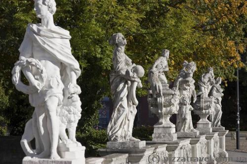 Скульптури біля палацу у Вольфенбюттелі