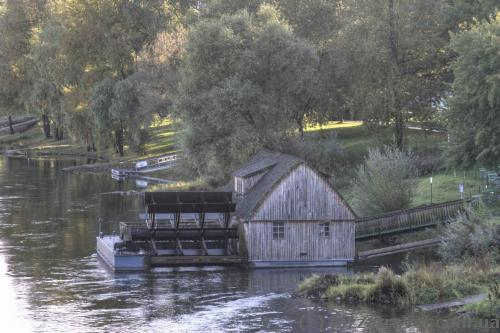 Fully functional 18th century floating mill grinder