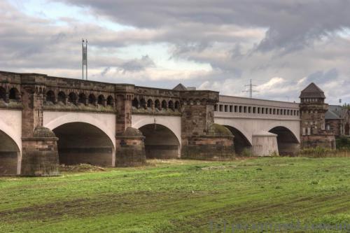 Светлая часть моста — взорванные и восстановленные пролёты