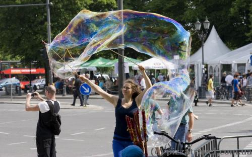 Около Бранденбургских ворот нас ждали огромные мыльные пузыри =)