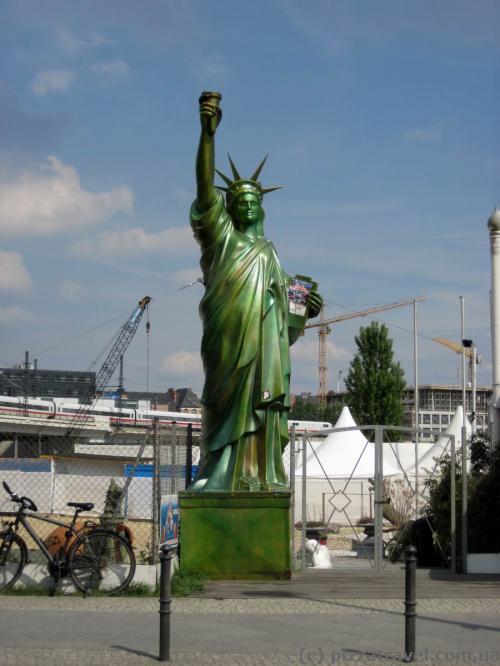 Статуя Свободы возле железнодорожного вокзала в Берлине
