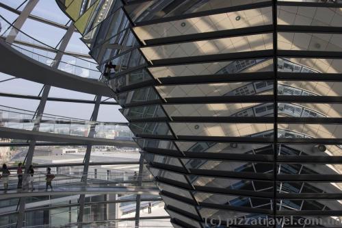 Зеркальный конус для освещения зала заседаний солнечным светом