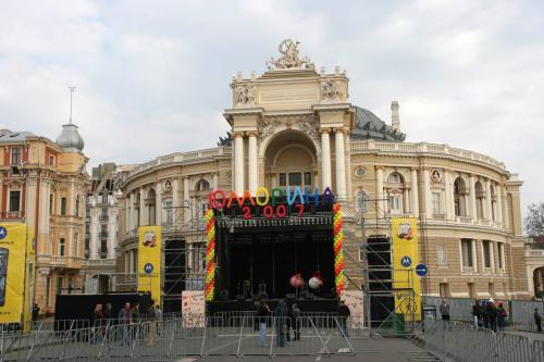 Сцена перед Оперным театром