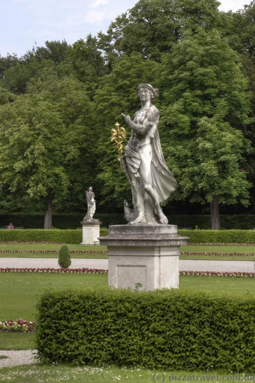 Скульптури біля палацу Німфенбург