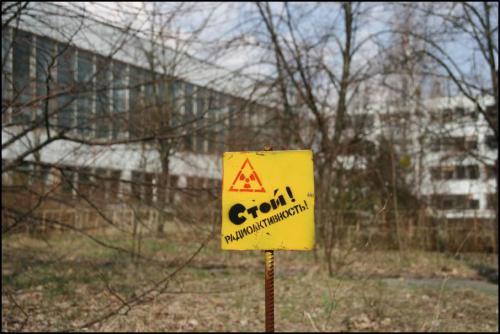На особо фонящих участках стоят предупреждения.