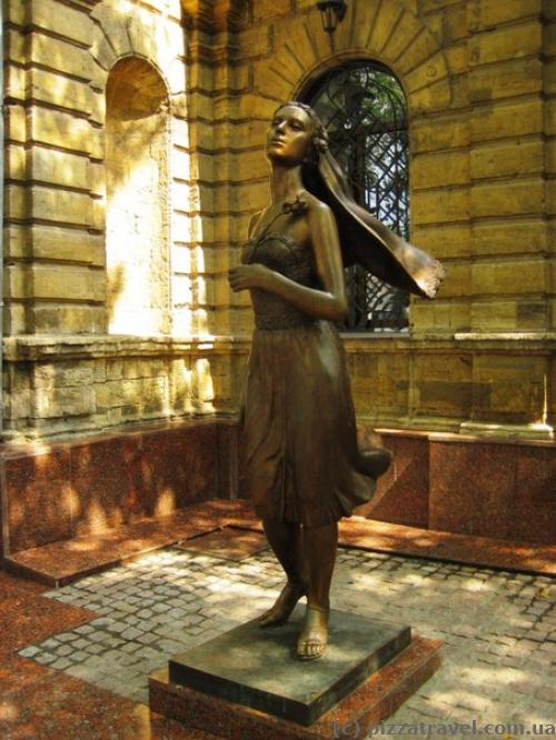 Скульптура біля загсу