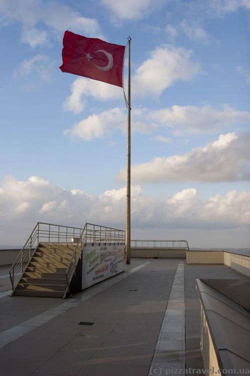 Оглядовий майданчик на даху хмарочоса Сапфір у Стамбулі