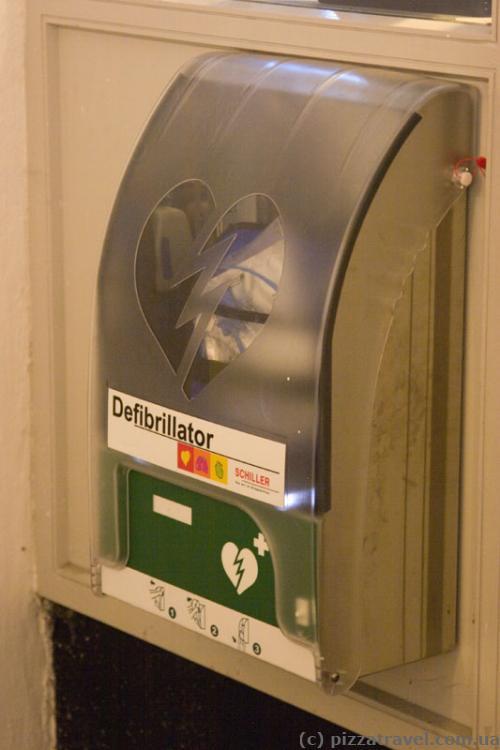 Defibrillator in the round tower