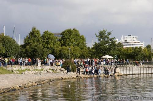 Crowds of tourists near the Little Mermaid