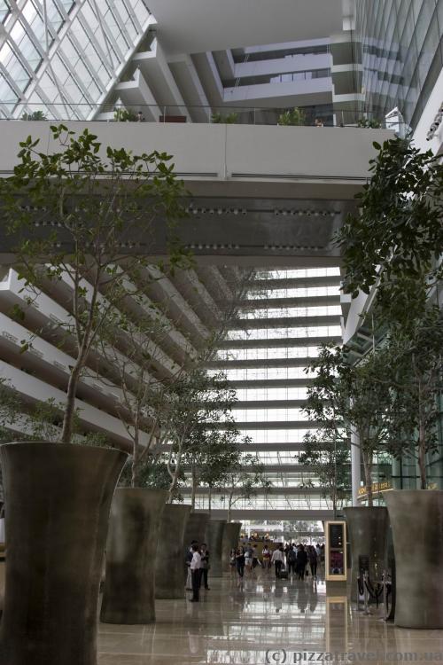 Величезне лобі готелю Marina Bay Sands