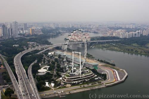 Вид на колесо огляду з даху Marina Bay Sands