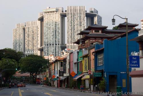 Вид на колоніальні будиночки та будівлю Пінакл@Дакстон