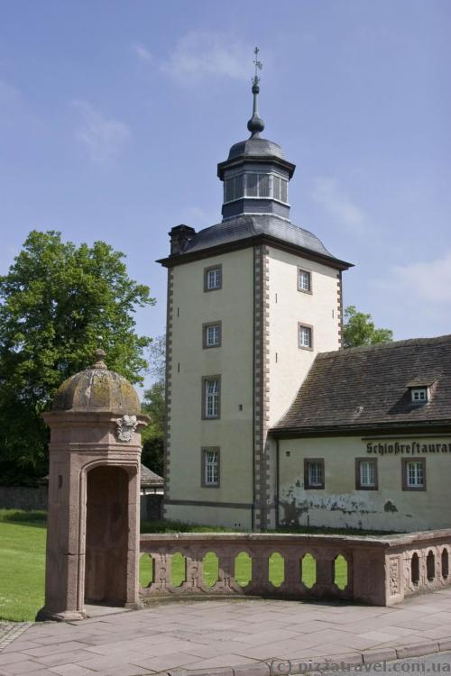 Каморка охраны около центрального входа в замок Корвей