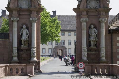 Барельефы на входных воротах