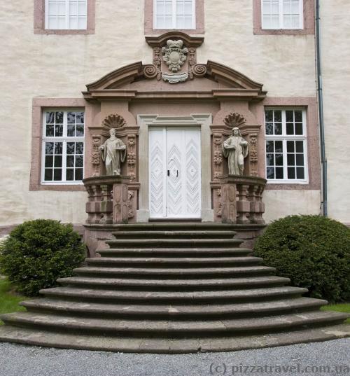 Каждый вход в замок очень красив
