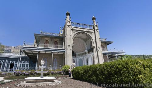 The Moorish Revival southern faсade features elements of Islamic architecture.