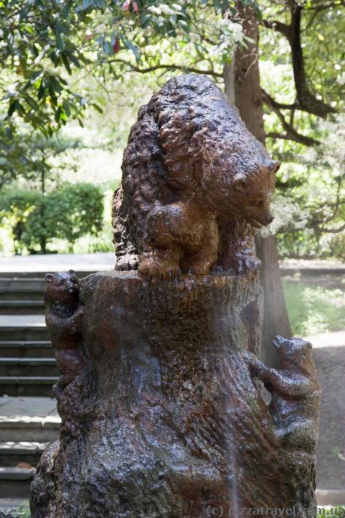 Такие скульптуры стоят во многих городах Украины.