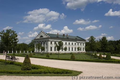 Один из флигелей дворца