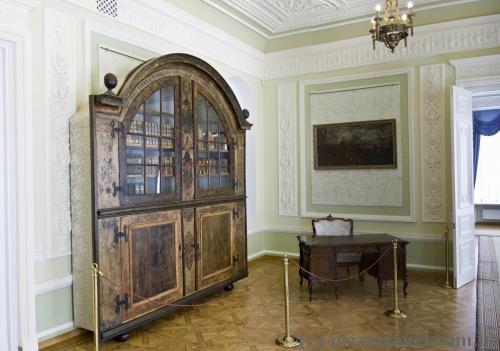 Самый старый книжный шкаф в Украине